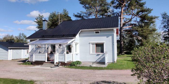 Katon väri vaihdettiin mustaksi niin saatiin pihapiirin katot yhtenäiseksi